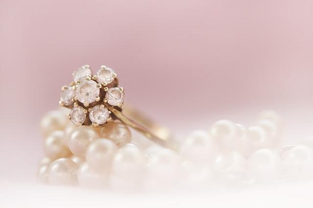 drahokam na prstenu