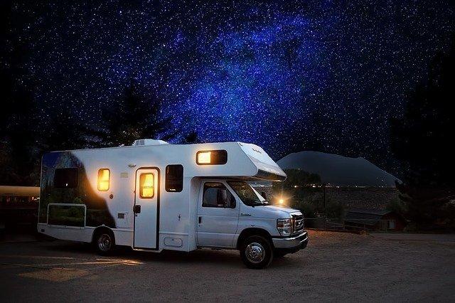 karavan v noci