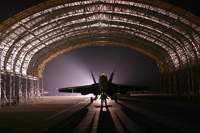 letadlo v hangáru