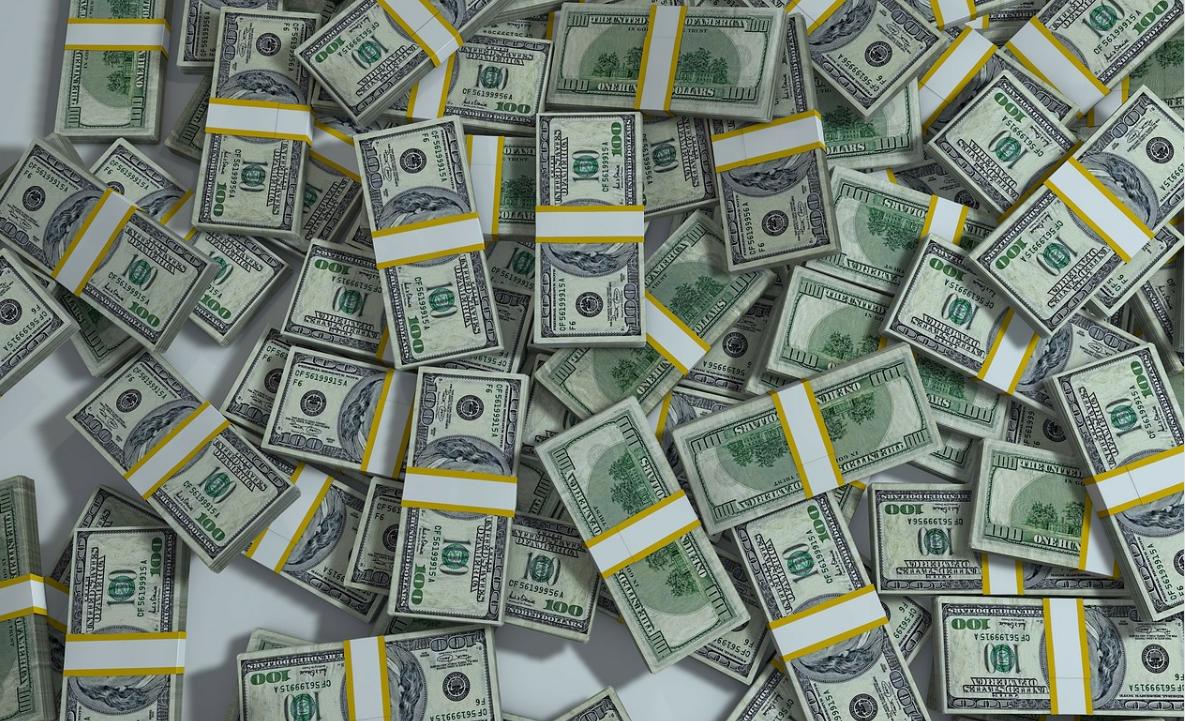 peníze v balíčcích